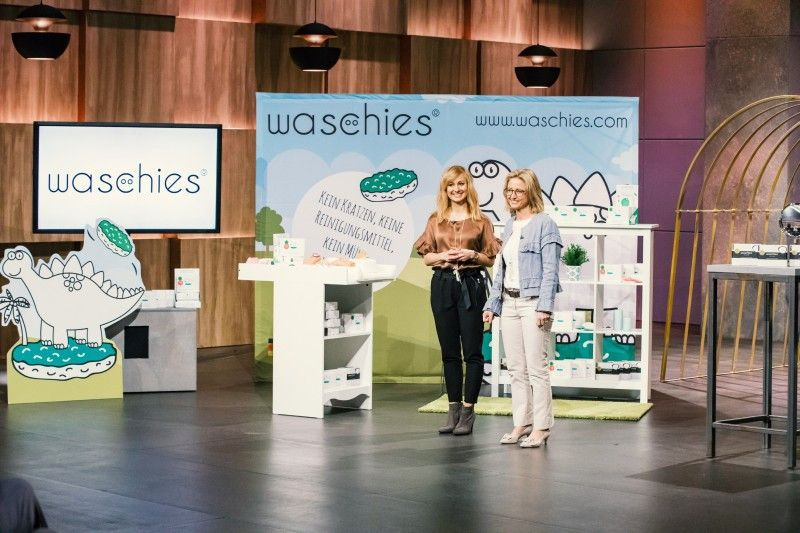 """<p><b>Die Gründer und ihr Produkt</b>: Marcella Müller (35) und Carolin Schuberth (43) haben die Waschpads """"waschies"""", entwickelt, die aus besonderen Hightech-Fasern bestehen, die nicht kratzen, und zum schonenden Reinigen der Haut wird nur noch Wasser benötigt. <p><b>Der Wunsch</b>: 50.000 Euro für einen Firmenateil von zehn Prozent.</p> <p><b>Der Deal</b>: Ralf Dümmel bietet 50.000 Euro für 20 Prozent.</p>"""