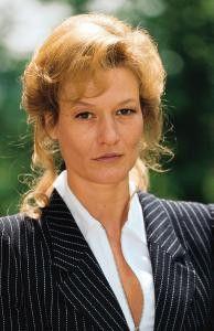 Als ihr Mann stirbt, greift sie zur Flasche:  Suzanne von Borsody als Angela Rinser