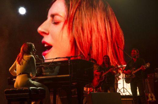 Ally (Lady Gaga) steigt rasch zum Superstar auf, während der Stern des trunksüchtigen Jackson (Bradley Cooper) sinkt.