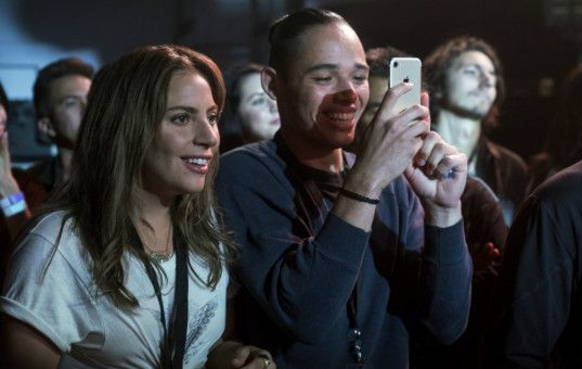 Ally (Lady Gaga) und ihr Kumpel Ramon (Anthony Ramos) dürfen Jackson bei einem Konzert backstage zusehen.