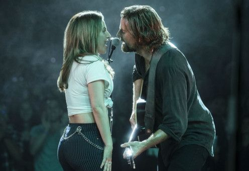 Die Chemie stimmt: Ally (Lady Gaga) und Jackson (Bradley Cooper) singen gemeinsam auf der Bühne.