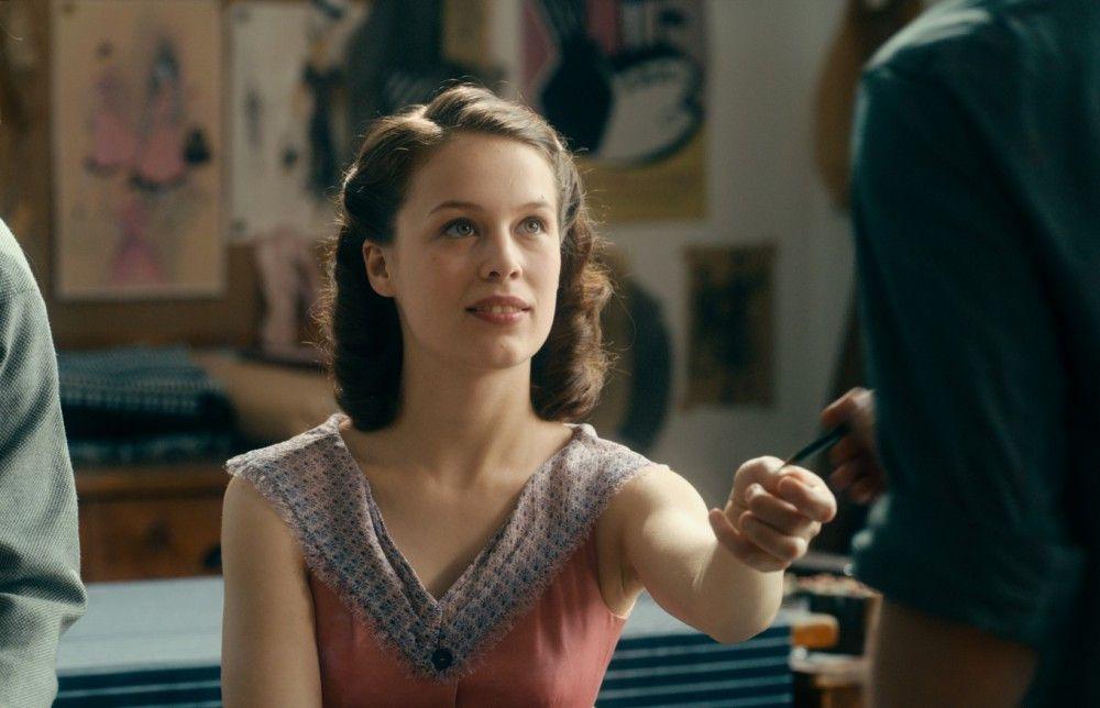 Die Frau an Barnerts Seite heißt Ellie (Paula Beer) und erfüllt im Film vor allem die Funktion einer Muse.