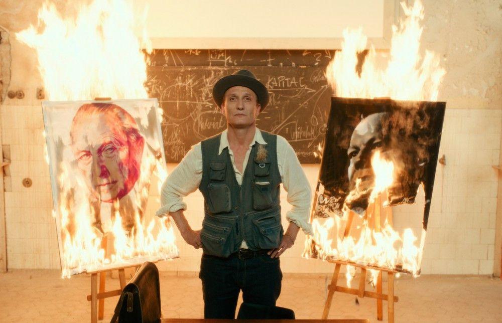 Professor Antonius van Verten (Oliver Masucci) heißt im Film zwar nicht Joseph Beuys, sieht aber so aus und macht dieselben Sachen.