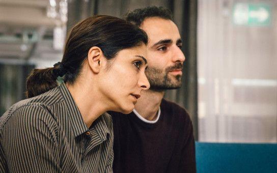 Kian (Hadi Khanjanpour) und Mina (Pegah Ferydoni) heiraten, ohne sich vorher zu kennen.