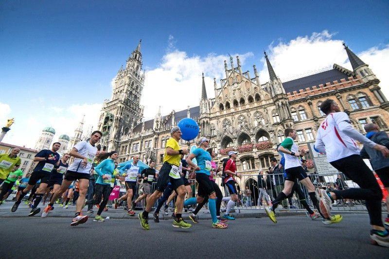 Marathon-Läufer auf dem Marienplatz.
