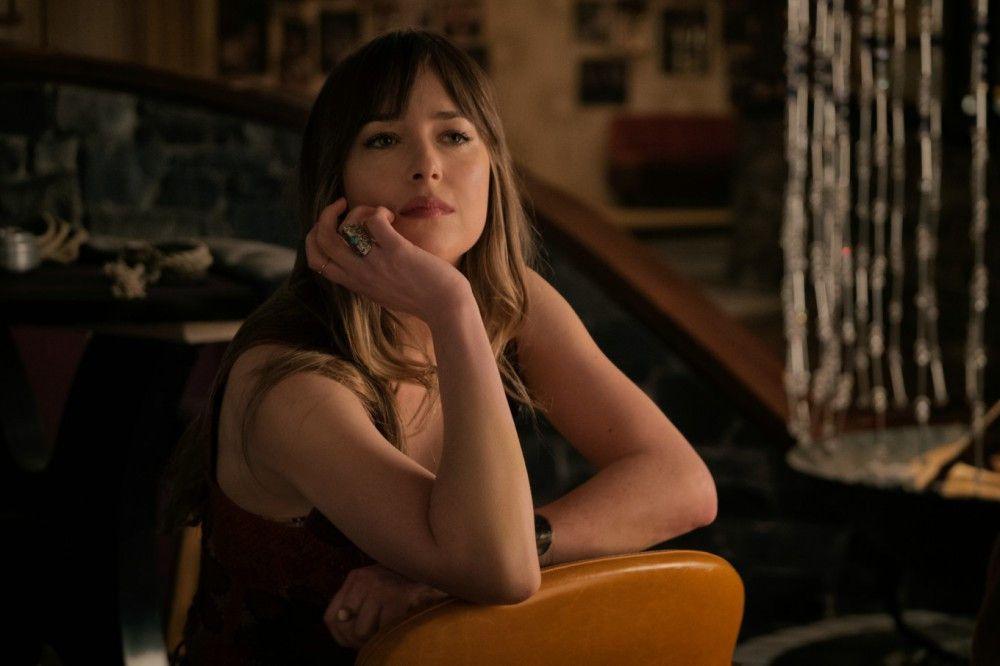 Jeder der Gäste in hat ein düsteres Geheimnis, auch Emily Summerspring (Dakota Johnson).