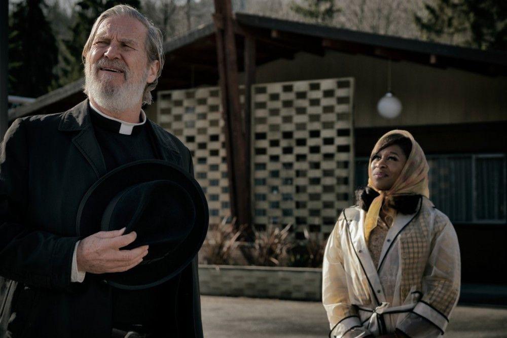 Ist er wirklich nur ein sittsamer Priester? Daniel Flynn (Jeff Bridges) mit Sängerin Darlene Sweet (Cynthia Erivo).