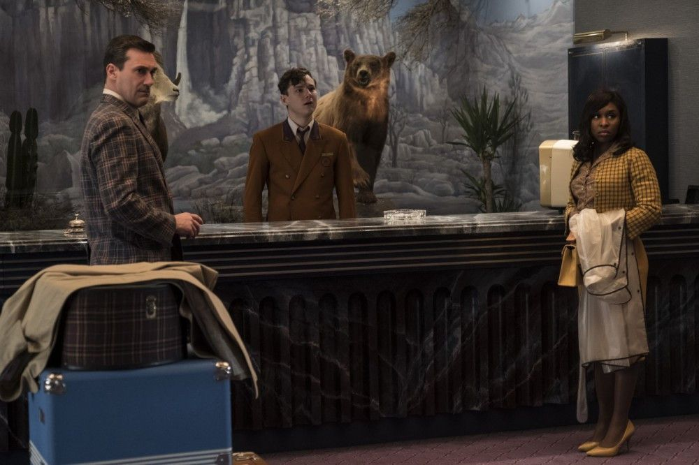 Der Beginn einer verhängnisvollen Nacht: Laramie Seymour Sullivan (Jon Hamm, links) und Darlene Sweet (Cynthia Erivo) checken im Hotel ein, Concierge Mike Miller (Lewis Pullman) nimmt sie in Empfang.