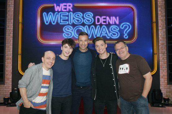 """""""Die Lochis"""" mit ihren Ratepartnern Bernhard Hoëcker und Elton sowie Moderator Kai Pflaume."""