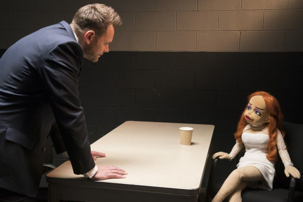 "Der FBI Agent Campbell (Joel Mc Hale) befragt in einer an ""Basic Instinct"" angelehnten Szene die Femme Fatale Sandra (Nana Spier)."