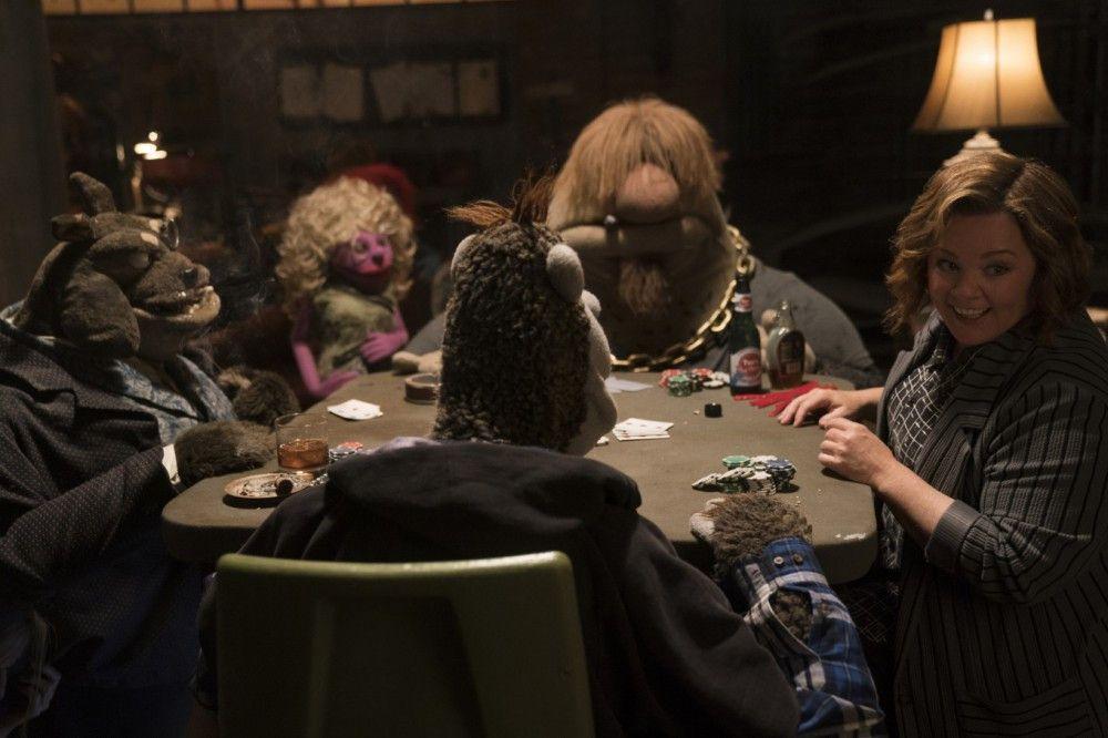 """Die derbe Connie (Melissa McCarthy) fühlt sich pudelwohl im Kreise der """"Bad Puppets"""" aus der Unterwelt."""