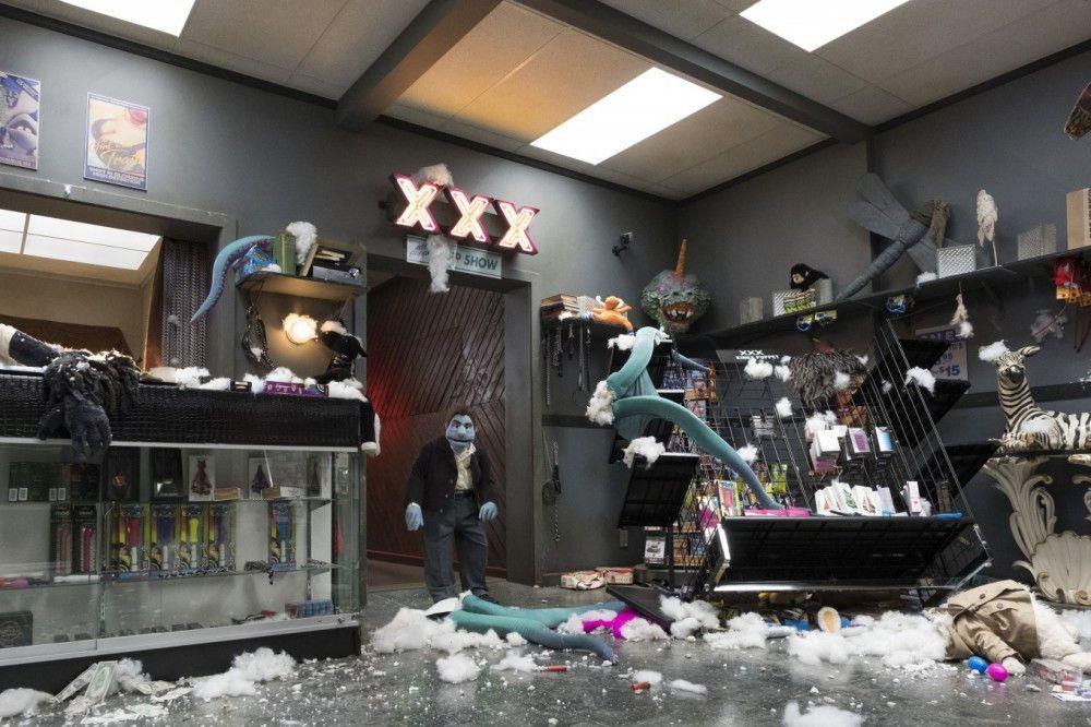 Phil ist schockiert: Während er sich zu Recherchezwecken im Hinterzimmer des Sexshops aufhielt, hat ein Unbekannter ein Puppenmassaker angerichtet.