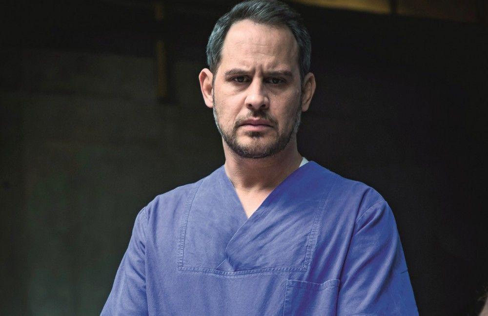 Rechtsmediziner Paul Herzfeld (Moritz Bleibtreu) findet während einer Autopsie einen Zettel in einer Leiche - darauf die Handynummer seiner Tochter.
