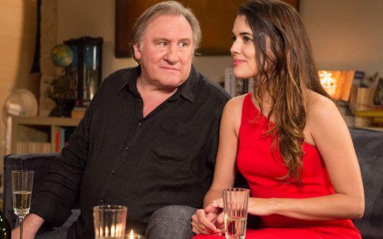 Patrick (Gérard Depardieu) hat sich die blutjunge Emma (Adriana Ugarte) geangelt - Daniel ist neidisch.