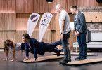 """Carsten Maschmeyer wird in der sechsten Folge von """"Die Höhle der Löwen"""" aktiv. Der Investor testet das """"Yogaboard"""" Patrick Walter (31) und Dominic Strobel (30)."""
