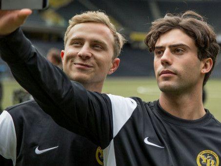 Als Leon (Aaron Altaras, rechts) in Marios (Max Hubacher) Verein kommt, entwickelt sich eine Liebesbeziehung zwischen ihnen.
