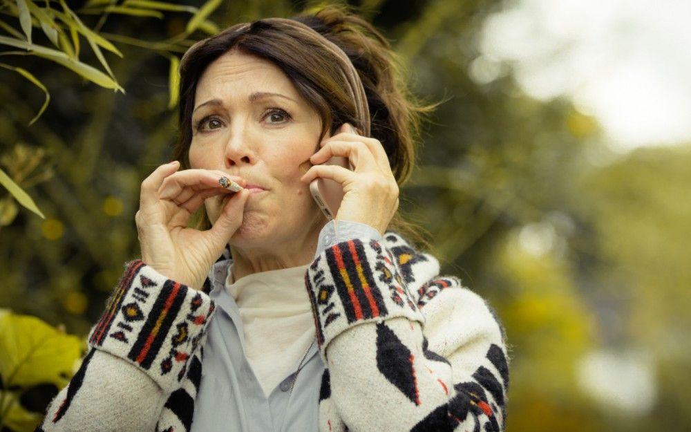 Dorothea (Iris Berben) weiß nicht, dass ihre Kinder gerade eines ihrer großen Geheimnisse erfahren.