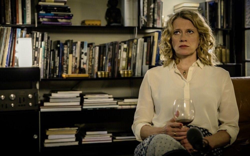 Elisabeth (Caroline Peters) hat mit viel Mühe gekocht. Das Essen bleibt an dem Abend aber eher Nebensache.