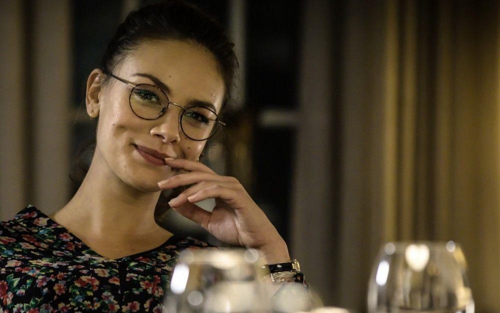 Anna (Janina Uhse) kommt zu spät und verpasst so den Scherz ihres Freundes. So diskutiert sie zwar eifrig mit, doch sie redet an dem Rest vorbei.