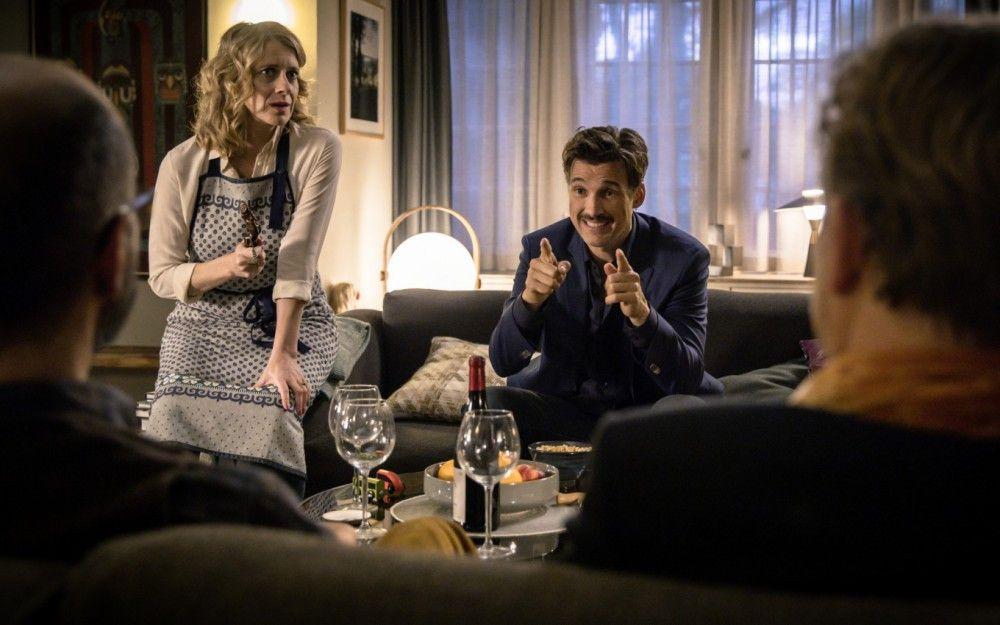 Elisabeth (Caroline Peters) hält die Idee ihres Bruders (Florian David Fitz), sein erstes Kind Adolf zu nennen, für nicht besonders gut. Trotzdem versucht sie, friedlich zu bleiben.
