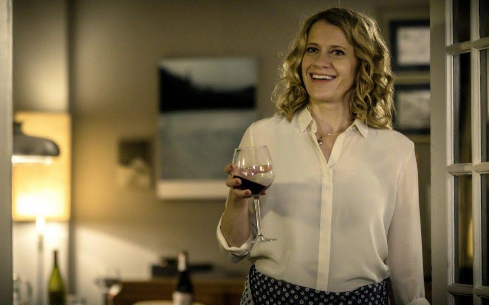 Elisabeth (Caroline Peters) versucht den Abend zu retten. Doch auch sie ist am Ende am Boden zerstört.