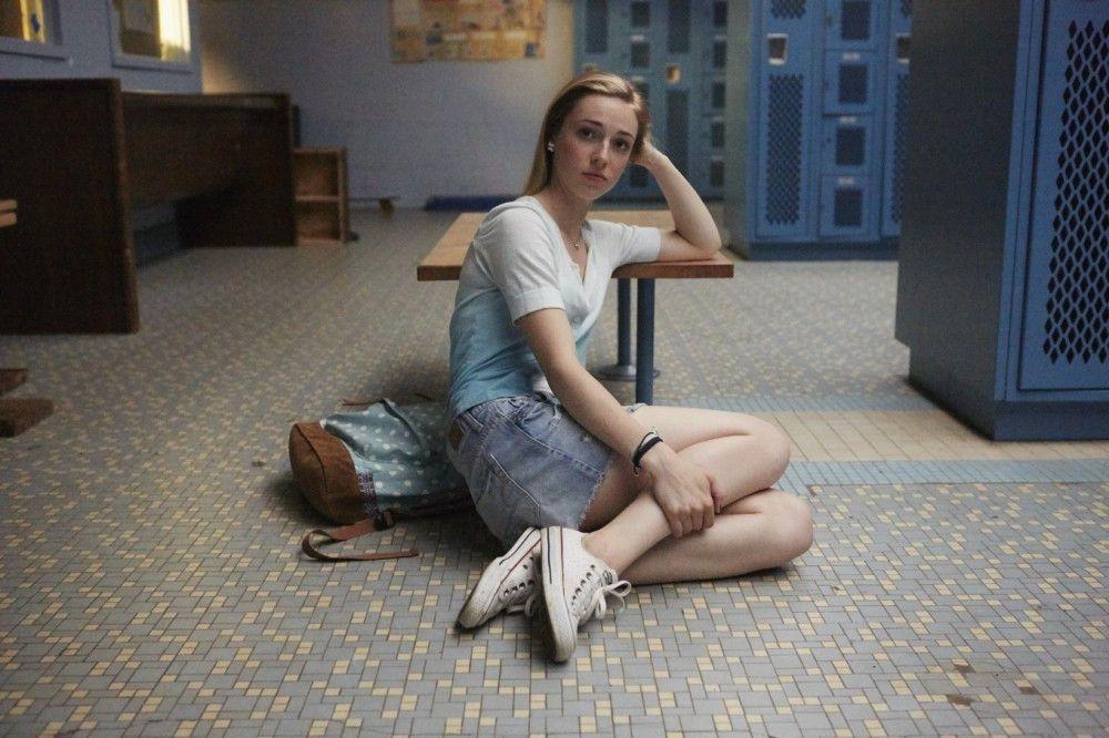 Die schwache Sophie (Sarah Mezzanotte) ist begierig darauf, Melissa bei der Mobbing-Kampagne gegen Abigail zu helfen.