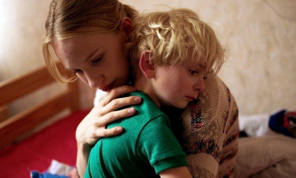 Lara (Victor Polster) ist ihrem Bruder Milo (Oliver Bodart) sehr zugetan.