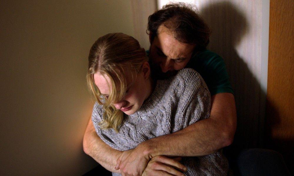 Laras Vater (Arieh Worthalter) unterstützt seine Tochter Lara (Victor Polster) mit aller Kraft.