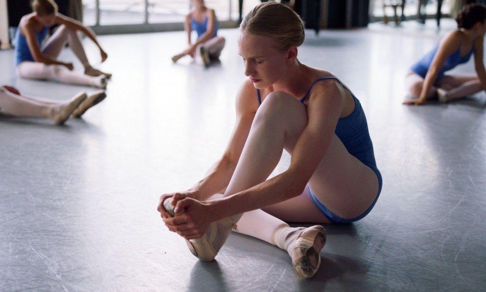 Lara (Victor Polster) holt sich beim Ballett blutige Füße.