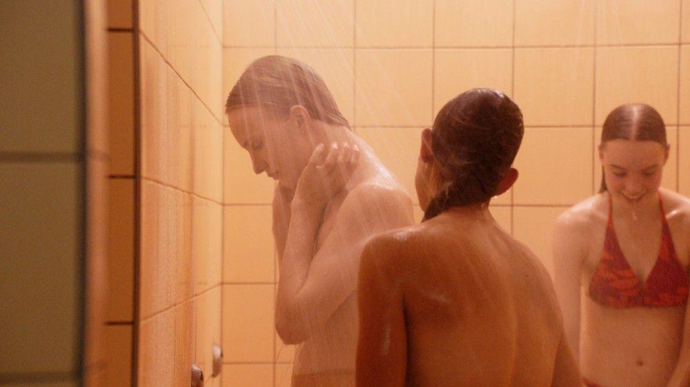 Lara (Victor Polster, links) versucht, ihr Geschlecht so gut wie möglich vor den Mitschülerinnen zu verbergen.