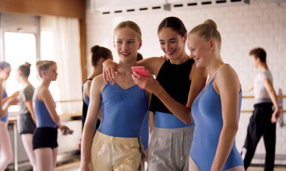 Lara (Victor Polster, links) möchte sich als Mädchen sehen können und wie die anderen sein.