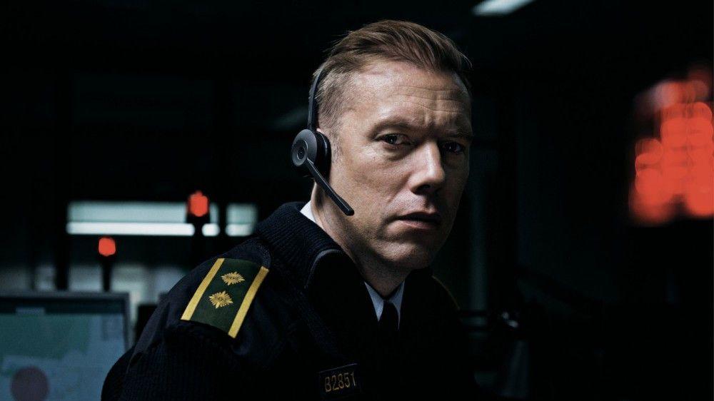 Der Polizeibeamte Asger Holm (Jakob Cedergren) bekommt in der Notrufzentrale einen Anruf einer jungen Frau.