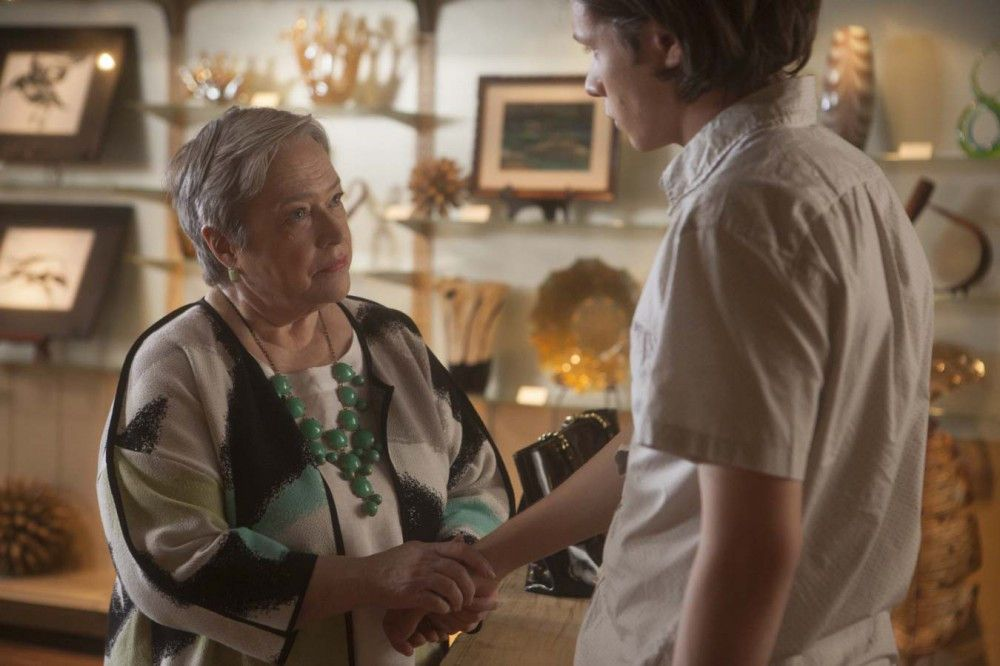 Galeriebesitzerin Vera (Kathy Bates) kommentiert philosophierend das Geschehen.