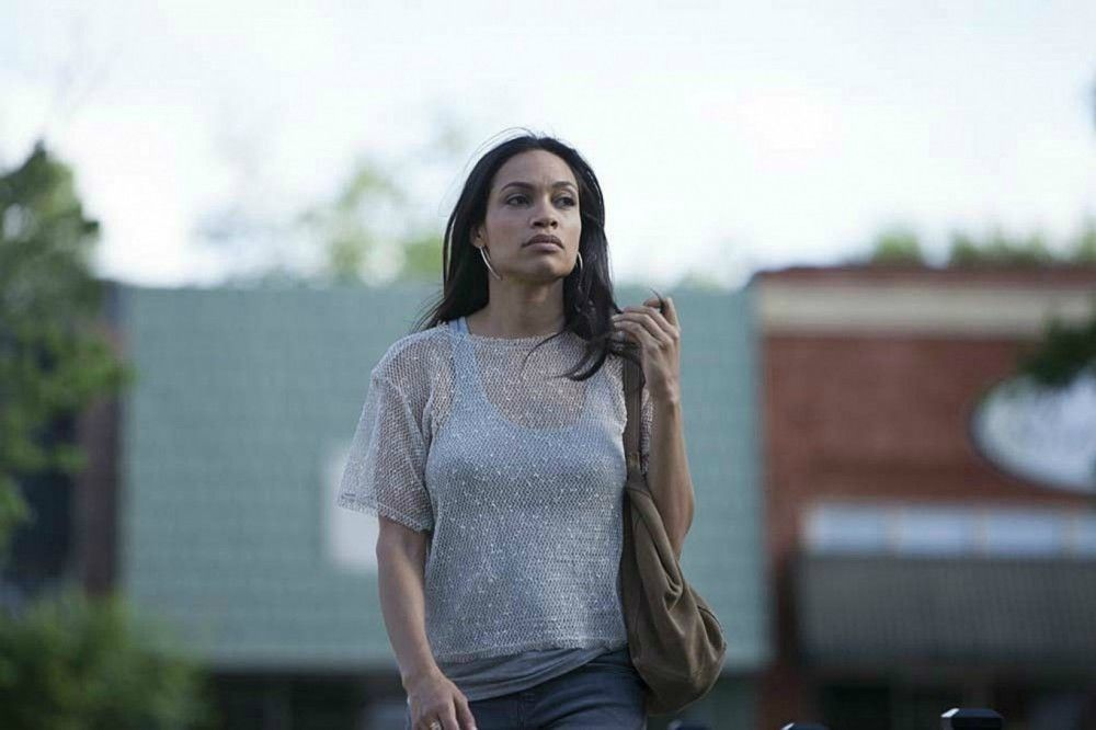 Krystal (Rosario Dawson) ist nicht nur wesentlich älter als Taylor, sie scheint auch ein Drogenproblem zu haben.
