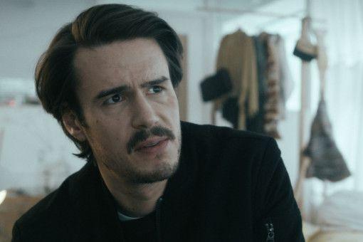 Magnus (Tilman Strauss) versteckt sich als Barkeeper hinter seinem Tresen, seiner letzten Bastion gegen das Leben.