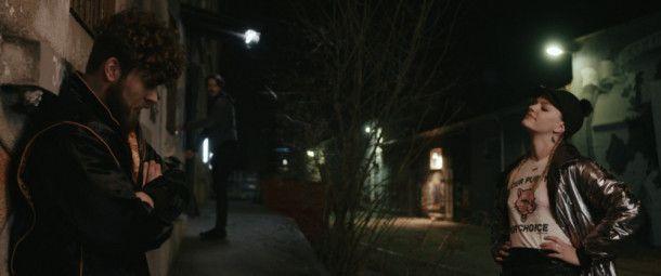 Dimi (Johann Jürgens, links) holt seine Freundin Tini (Sophia Schober) für eine gewagte Aktion an Bord.