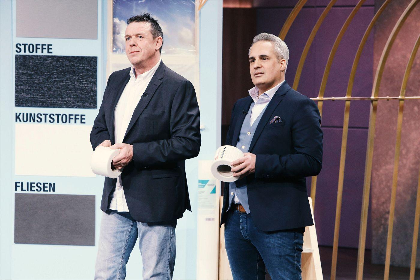 """<p><b>Der Gründer und sein Produkt</b>: Mario Ballheimer (48, l.) stellt den """"Abdeckblitz"""" vor. Das selbstklebende Schutzvlies besteht aus einem robusten Material mit einer rutschhemmenden Oberfläche, welches einfach ausgelegt, angedrückt und zugeschnitten wird.<p><b>Der Wunsch</b>: 100.000 Euro für einen Firmenanteil von zehn Prozent.</p> <p><b>Der Deal</b>: Ralf Dümmel investiert 100.000 Euro für 25 Prozent der Firmenanteile.</p>"""