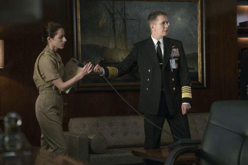 Während Glass auf See im Einsatz ist, leitet Charles Donnegan (Gary Oldman) die Operation aus dem Pentagon.