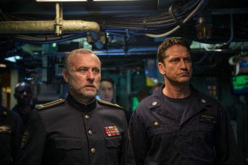Captain Glass (Gerard Butler) nimmt eine schiffbrüchige russische Crew an Bord, angeführt von Captain Sergi Andropow (Michael Nyqvist, links).
