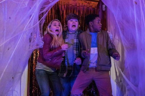 Für Sarah (Madison Iseman), Sam (Jeremy Taylor, Mitte) und Sonny (Caleel Harris) wird es an Halloween ziemlich gruselig.