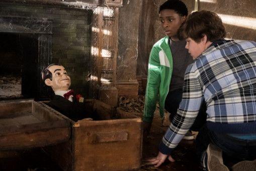 Sonny (Caleel Harris, links) und Sam (Jeremy Ray Taylor) erwecken versehentlich eine Bauchrednerpuppe zum Leben.