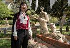 Mr. Chu (Ken Jeong) scheint bereit für Halloween - zumindest, wenn man seiner Deko glauben darf.