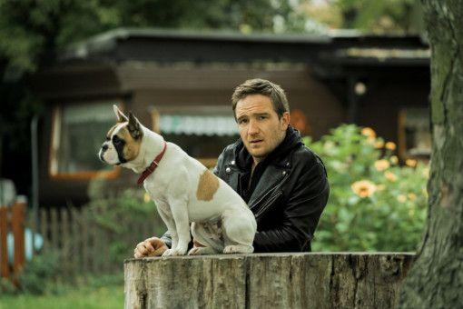 Auf den Hund gekommen: Ex-Fußballprofi Oli (Frederick Lau) erbt von seiner Nachbarin eine französische Dogge.