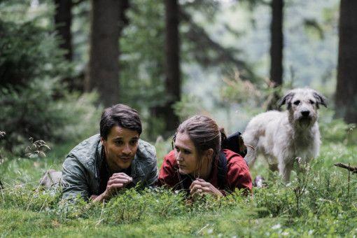 Der schnucklige Förster Daniel (Kostja Ullmann) bringt dem Stadtmenschen Ella (Emily Cox) die Natur näher.