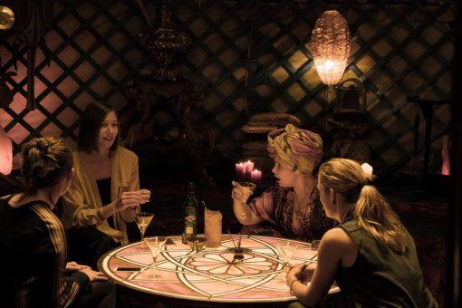 Die vier ungleichen Freundinnen Ella (Emily Cox, links), Cecile (Johanna Wokalek), Lulu (Maite Kelly) und Silke (Marie Burchard) treffen sich regelmäßig, um über ihre Liebesprobleme zu lamentieren.