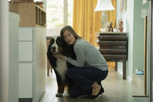 Cecile (Johanna Wokalek) und ihre Familie ist mit ihrem Hund Simpson glücklich - außer Ehemann Max, der von dem Köter immer angebellt wird.