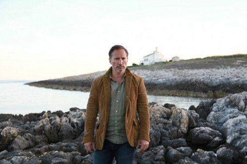 David Moerk (Benno Fürmann) pilgert auf der Suche nach dem mysteriösen Bestsellerautor auf eine scheinbar einsame Insel.