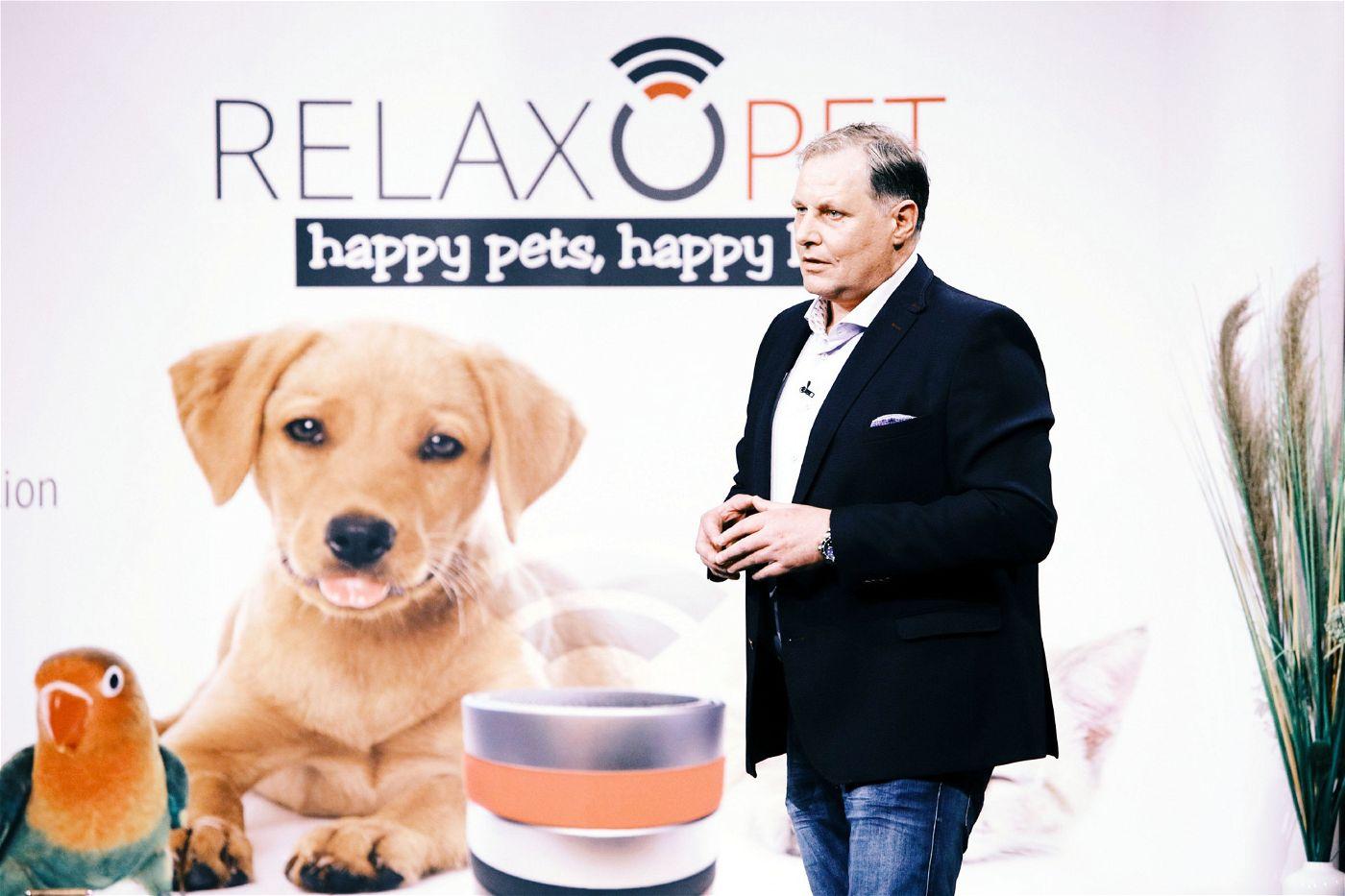 """<p><b>Der Gründer und sein Produkt</b>: Frank Bendix (51) ist Hypnosetherapeut und will mit seinem """"RelaxoPet"""" Tieren mithilfe von speziellen Klängen dabei helfen, sich z.B. bei Gewitter zu entspannen.<p><b>Der Wunsch</b>: 100.000 Euro für einen Firmenanteil von zehn Prozent.</p> <p><b>Der Deal</b>: Ralf Dümmel investiert 100.000 Euro für 15 Prozent der Firmenanteile.</p>"""