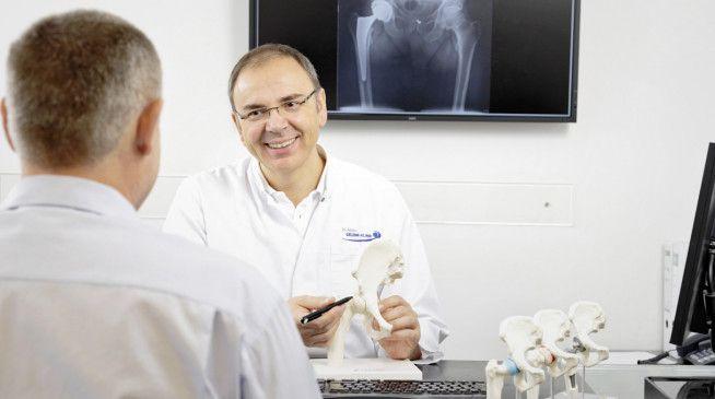 Dr. Martin Rinio ist ärztlicher Direktor der Gelenk-Klinik Gundelfingen. Ein Behandlungsschwerpunkt des Facharztes für Orthopädie und Chirurgie sind Hüftgelenk- und Endoprothesen.