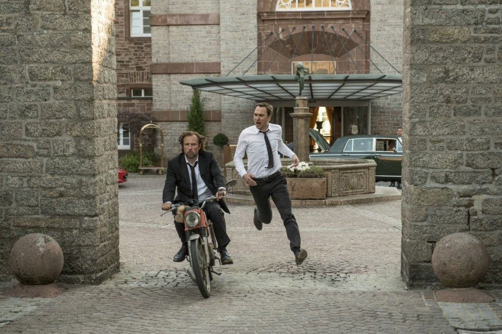 Wütend fährt Georg (Bjarne Mädel, links) Christian (Lars Eidinger) davon, weil dieser ihren spontanen Trip doch wieder verschieben will.